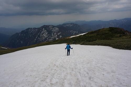 平標山雪残りすぎ
